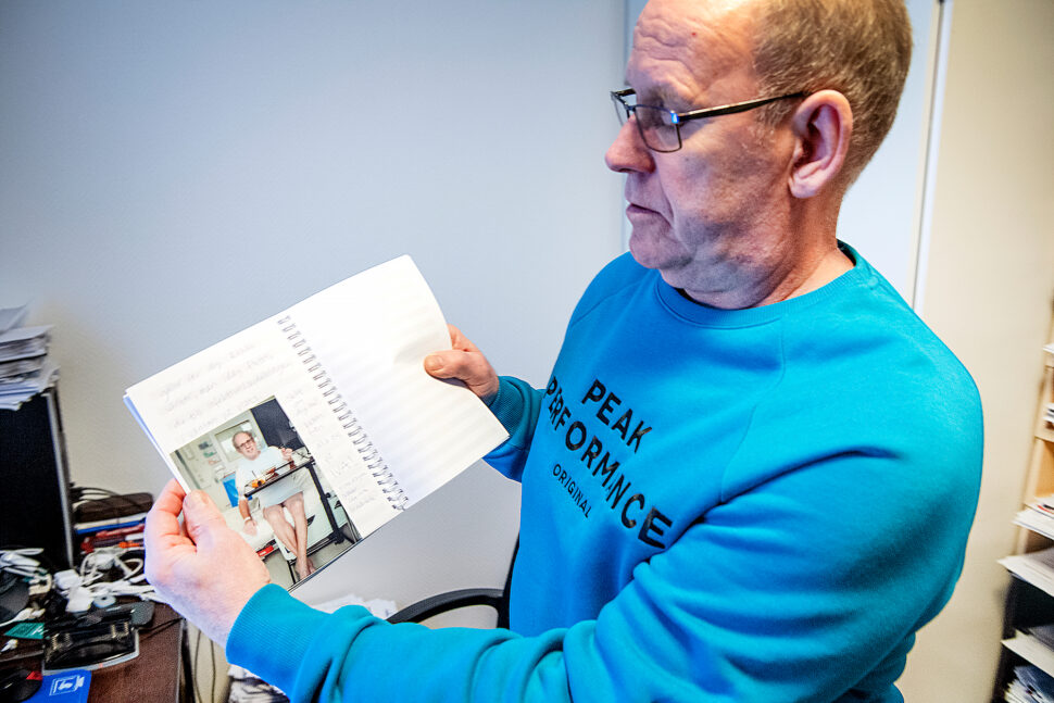 I dagboken från sjukhuset kan han läsa om framsteg och bakslag under den långa perioden som han var inlagd. Foto: Ulf Palm