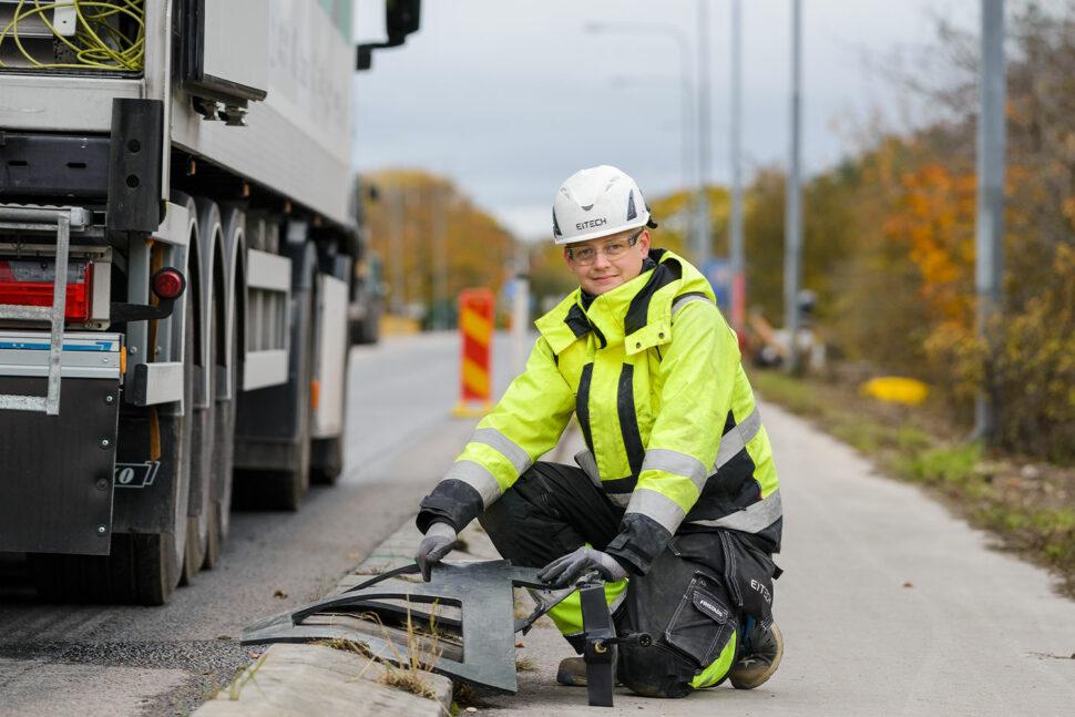 Eitech fixar inkopplingarna på den induktiva elvägen utanför Visby. Här visar Johan Greigård en gummiklädd spole som ska läggas under asfalten. Foto: Eitech