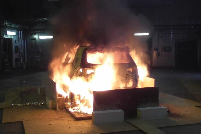 Två elbilar (en personbil och en van) samt en dieselvan fick brinna upp i labbet hos Rise. Foto: Rise