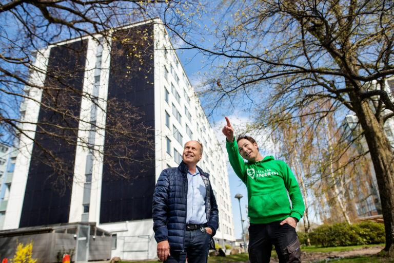Robert Greve, ventilationsansvarig på Bravida i Ängelholm och ordförande iBrf Vågmästaren. Till höger Tobias Radomski, vd, Täta Tak.