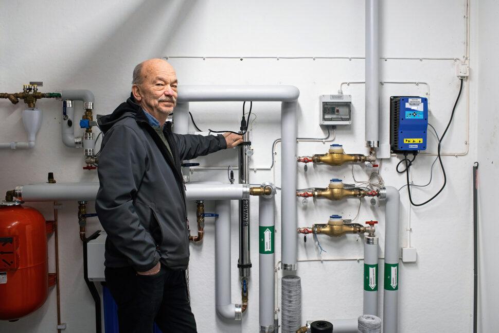 Ewald Strandberg började arbeta på Åseda Värme & Sanitet 1966, som nyexaminerad rörmokare. Då var företaget en liten VVS-firma på hemorten. Foto: Joachim Grusell