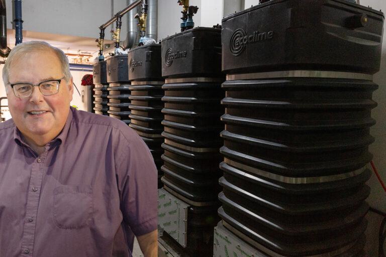 Roland Jonsson/Buffert- och kollektortankarna står på rad i avloppsvärmeväxlarsystemet i Docentens källare iUppsala. Foto: David Lagerlöf