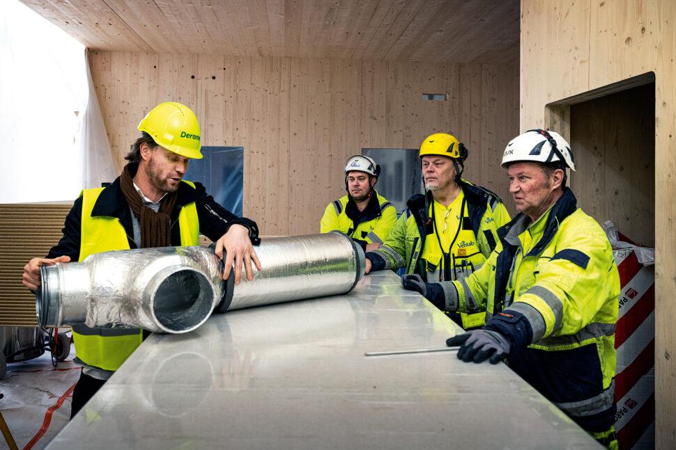 Jarl Bengtson från Climate Recovery demonstrerar hållbara kanaler för Ventabs (fr v) Mikael Holmstedt, Bo Sjöfjord och Bo Malmström. Foto: Sören Håkanlind