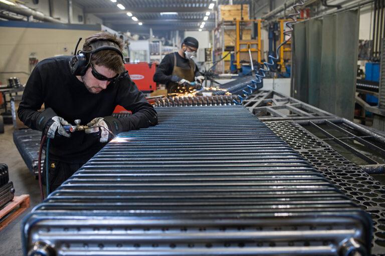 Mattias Östangård, brorson till fabrikens ägare Patrik Östangård, har precis provtryckt en radiator och svetsar nu igen ett hål. Foto: Joachim Grusell