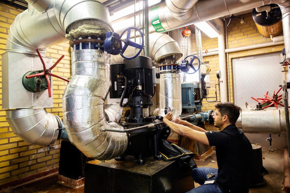 Driftingenjören Jonathan Wurmböck på plats i värmecentralen, dit huvudpumparna ska flyttas. Foto: Jenny Leyman